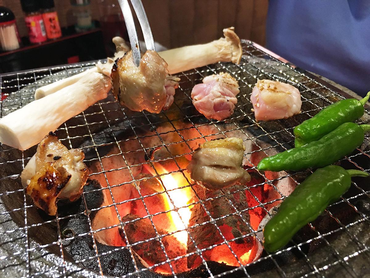 炭火で焼く地鶏