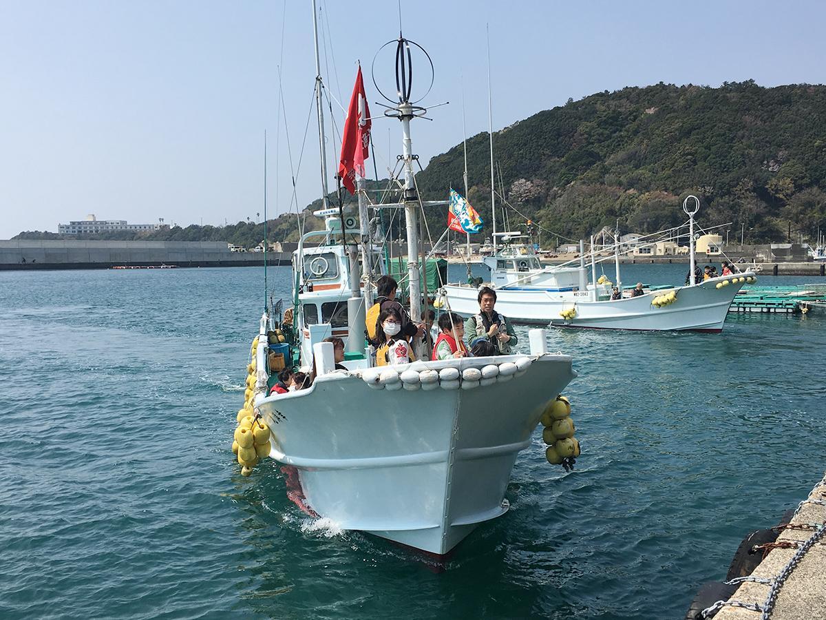 漁港に戻るケンケン漁船