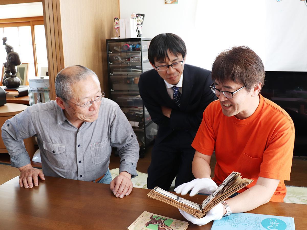 「墨汁一滴」を手に石ノ森さんのマンガについて話す大瀬さん、林さん、木村さん(左から)