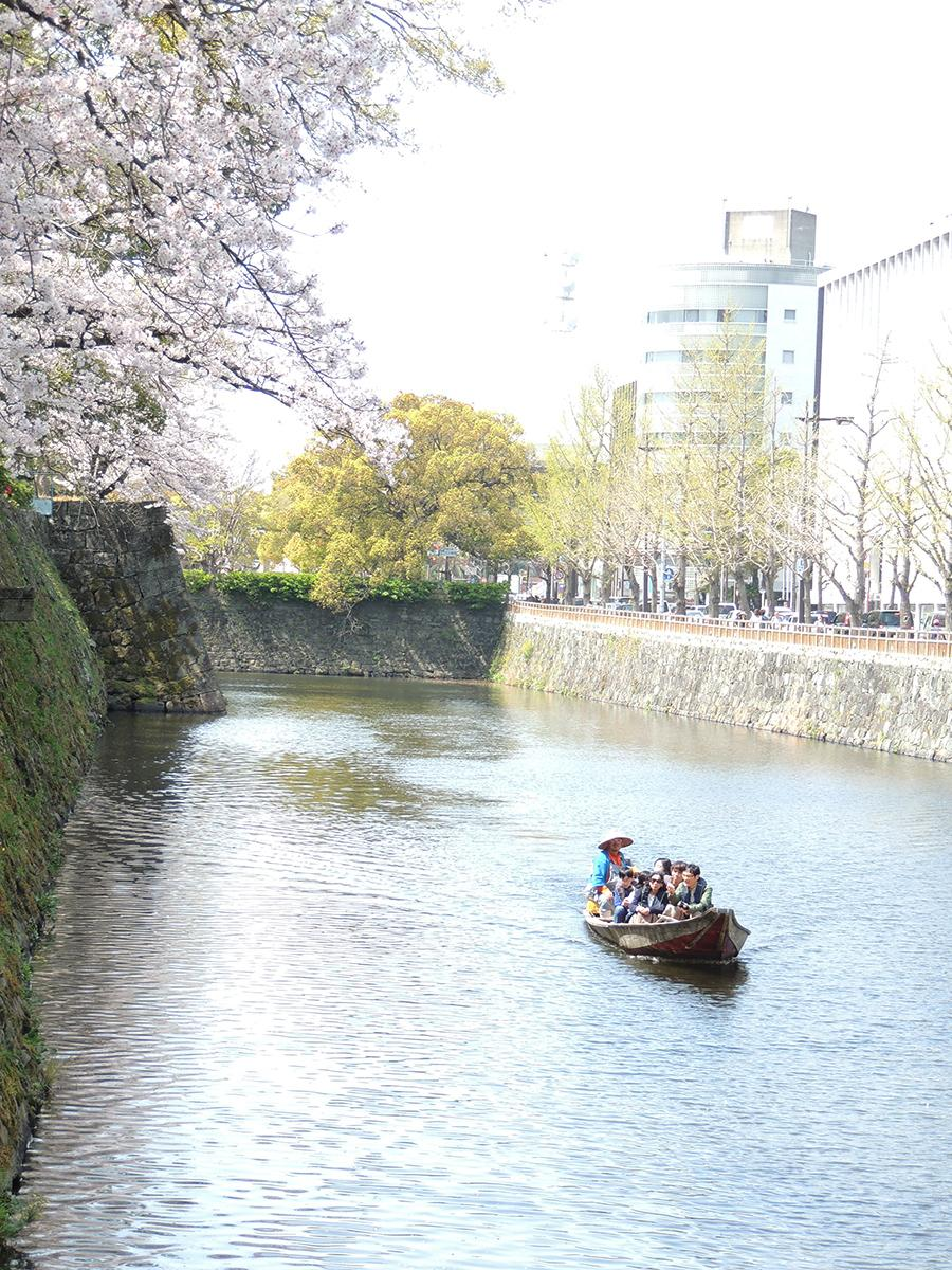 堀からサクラや石垣を眺める小舟(3月31日撮影)