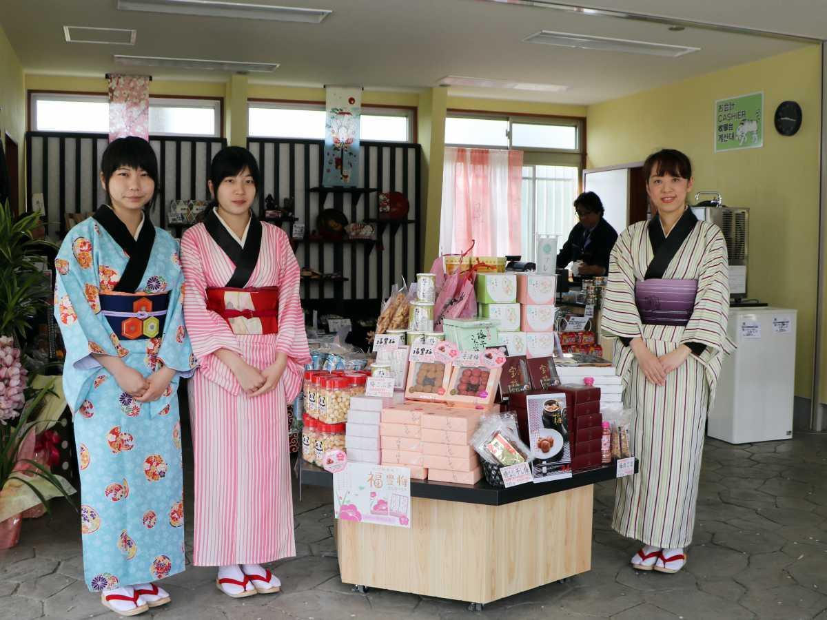 和歌山城天守閣前売店「お天守茶屋」の店内でほほ笑む町娘