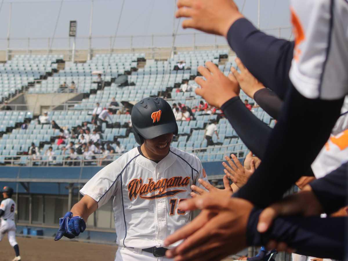 和歌山大学のロゴやマークと同じオレンジ色が使われた硬式野球部のユニホーム