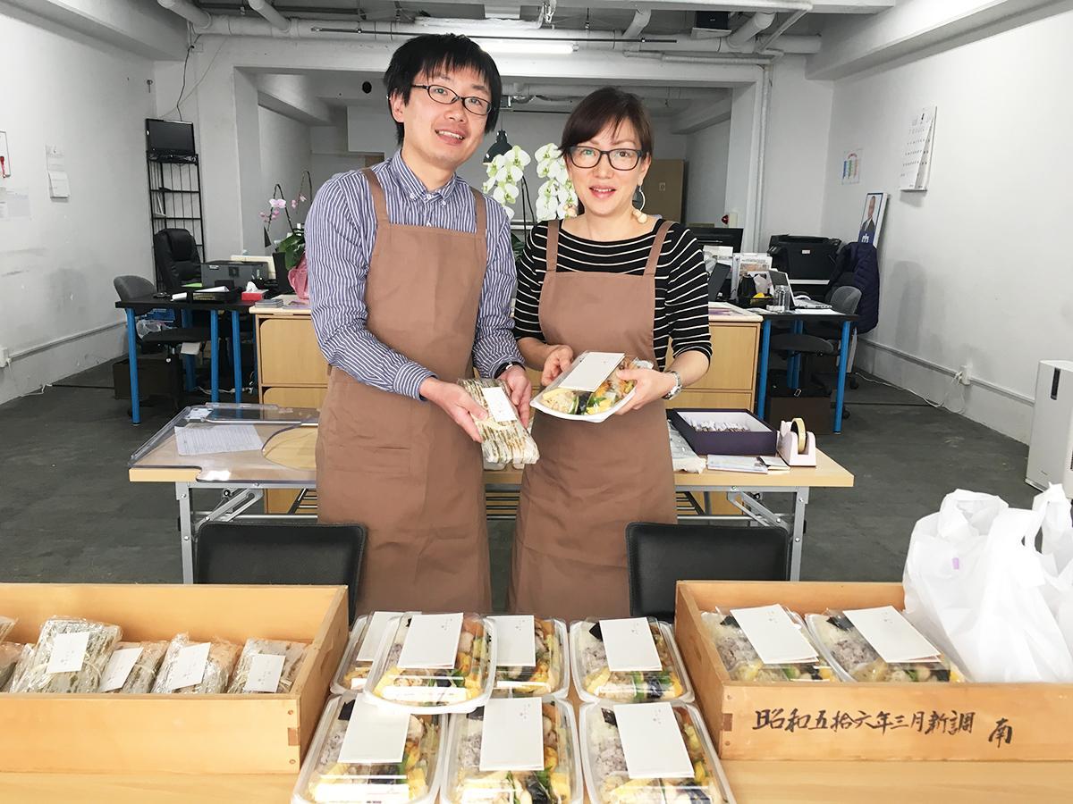 食堂ことぶきの弁当を販売する草下敦司さん(左)と藤田晶子さん