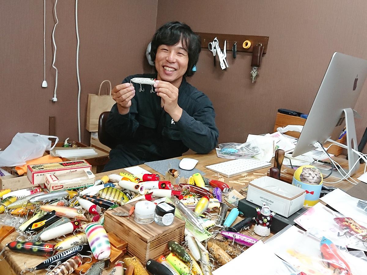 保有するルアーを紹介する店主の中村さん