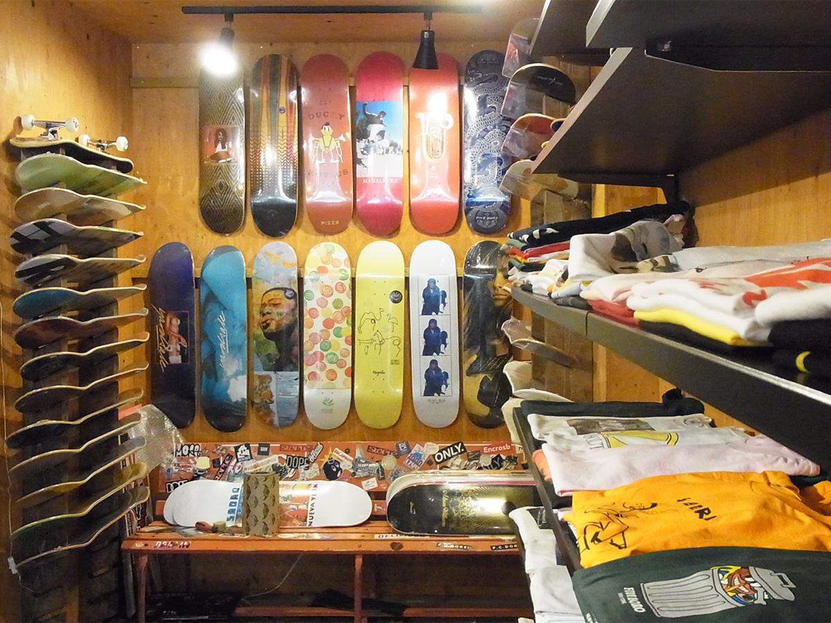 店内にあるスケートボード売り場