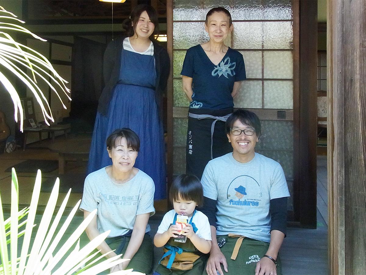 オーナーの井田宜子さん(後列右)とスタッフの皆さん