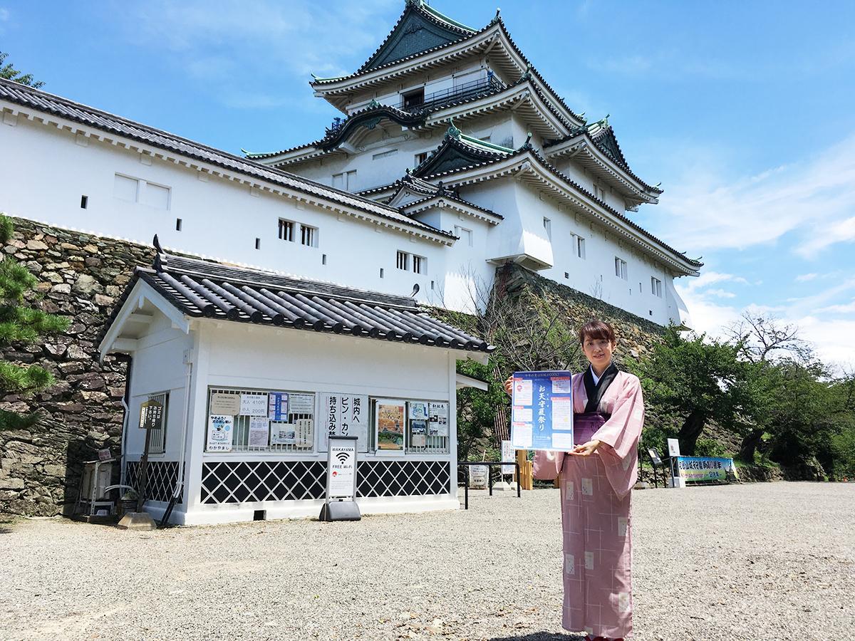 和歌山城天守閣前でPRする「お天守茶屋」の「町娘」