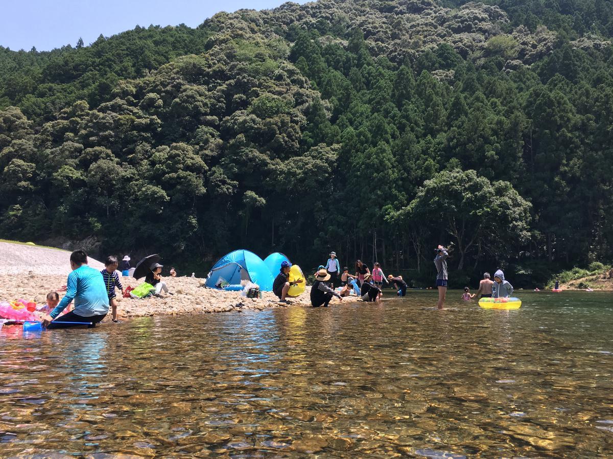 高田第1自然プールで川遊びを楽しむ家族客