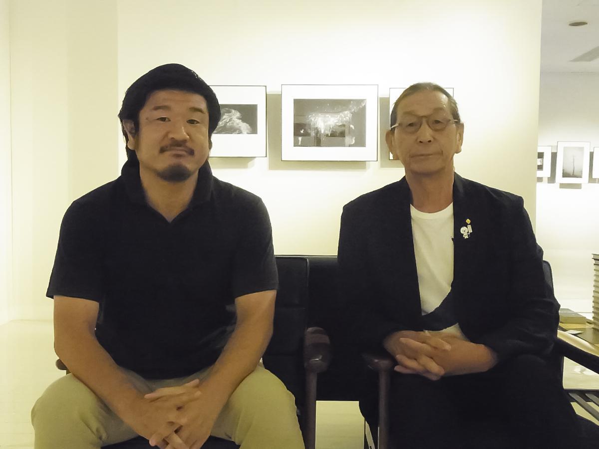 写真家・照井壮平さん(左)と写真家で父の四郎さん