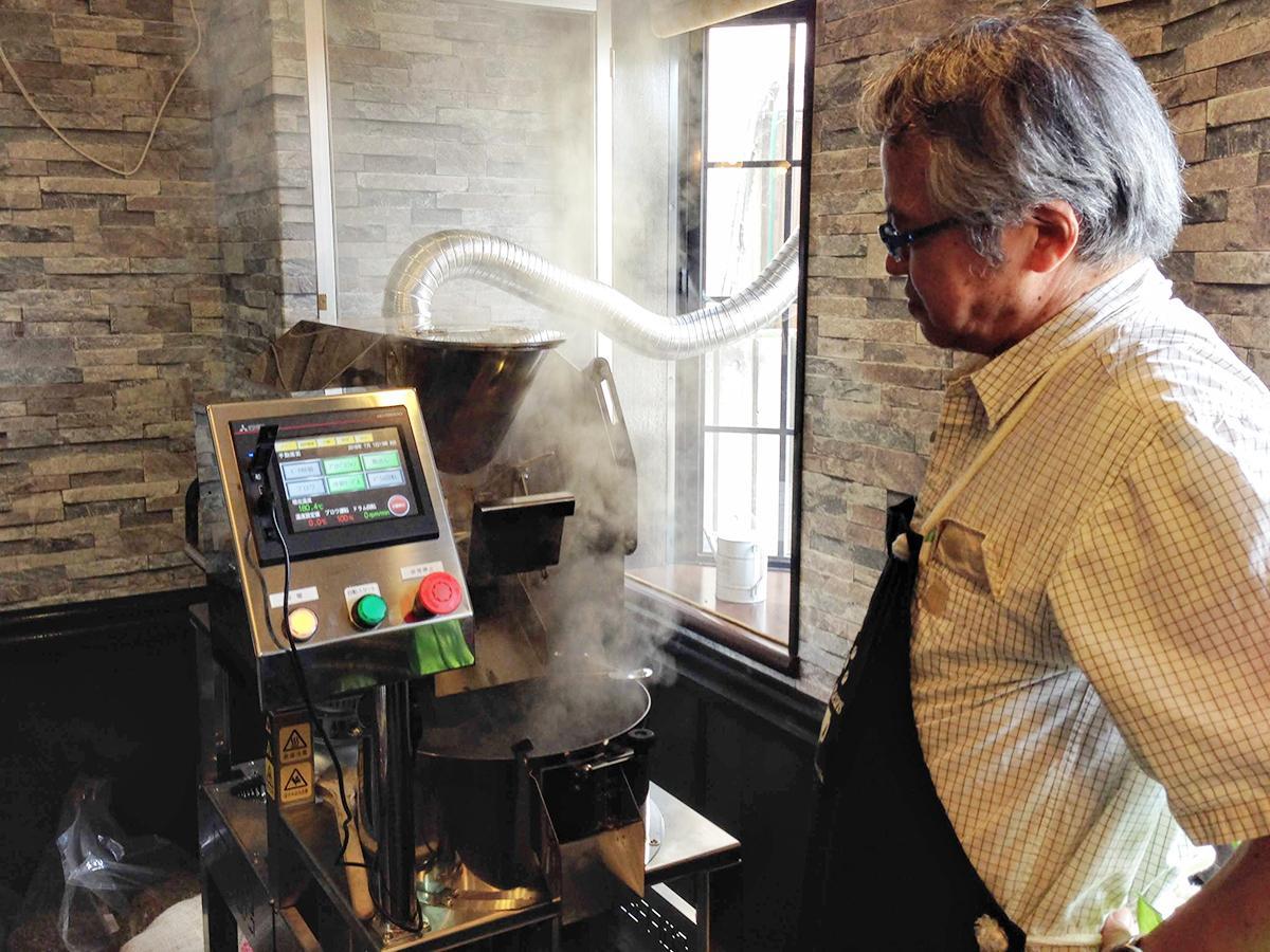 新しく導入した機械で焙煎の状態を確認する加藤明さん