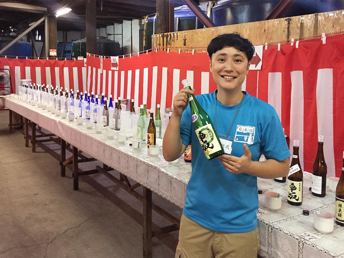 新酒「車坂 山廃純米吟醸」を手にする杜氏の藤田晶子さん