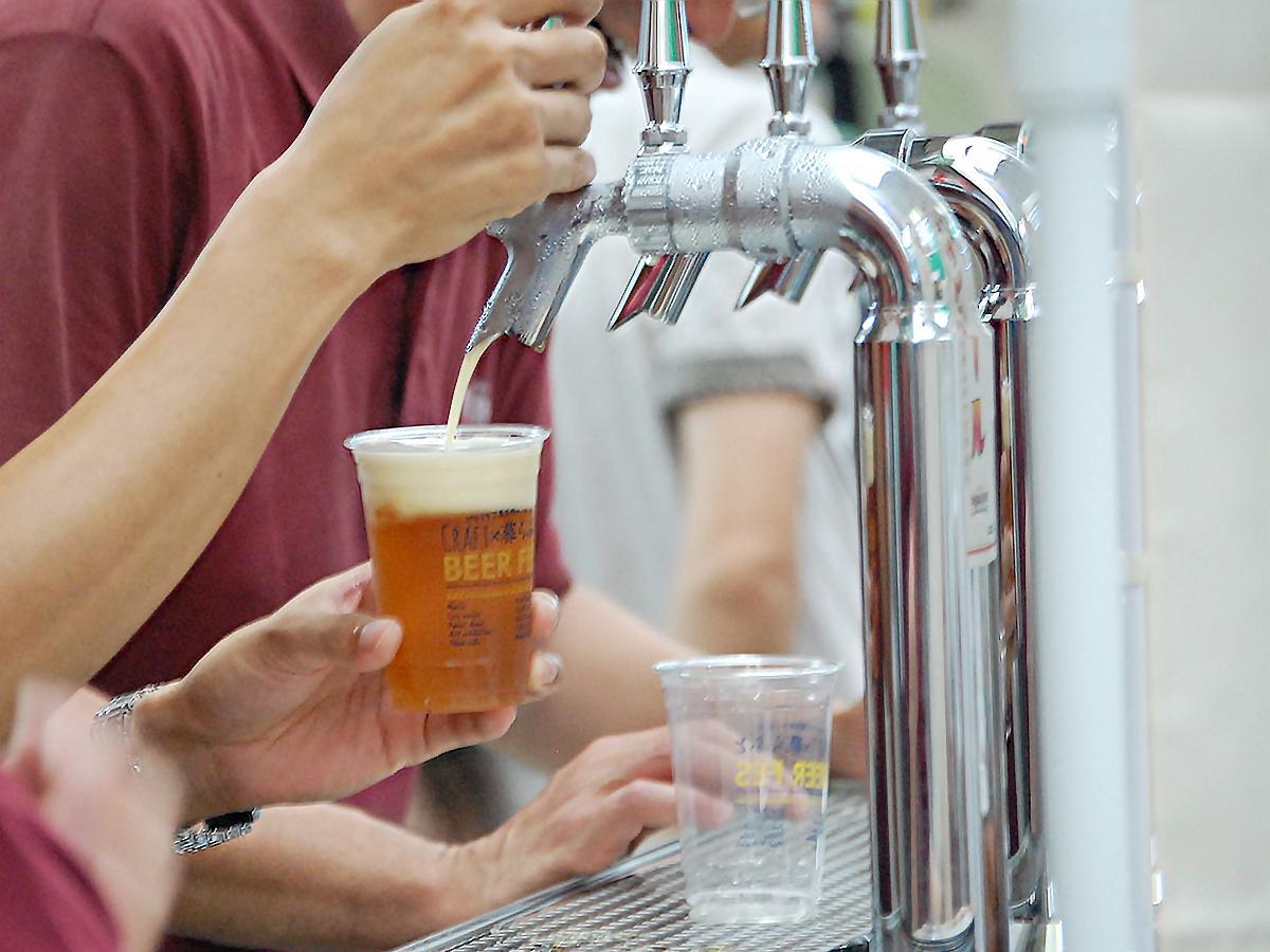 開催時の様子。たる生ビールをサーバーから専用カップに注いで提供する