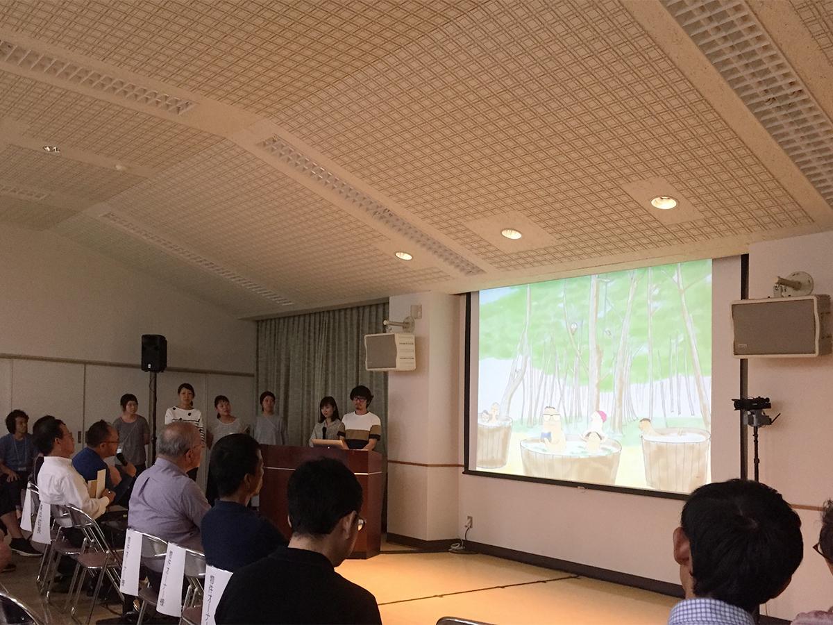 「第1回リノベーションスクール@美浜」公開プレゼンテーションで発表するユニットAの様子