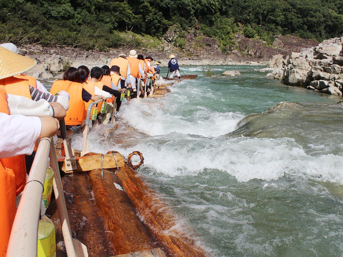 北山川を下る「観光筏(いかだ)下り」