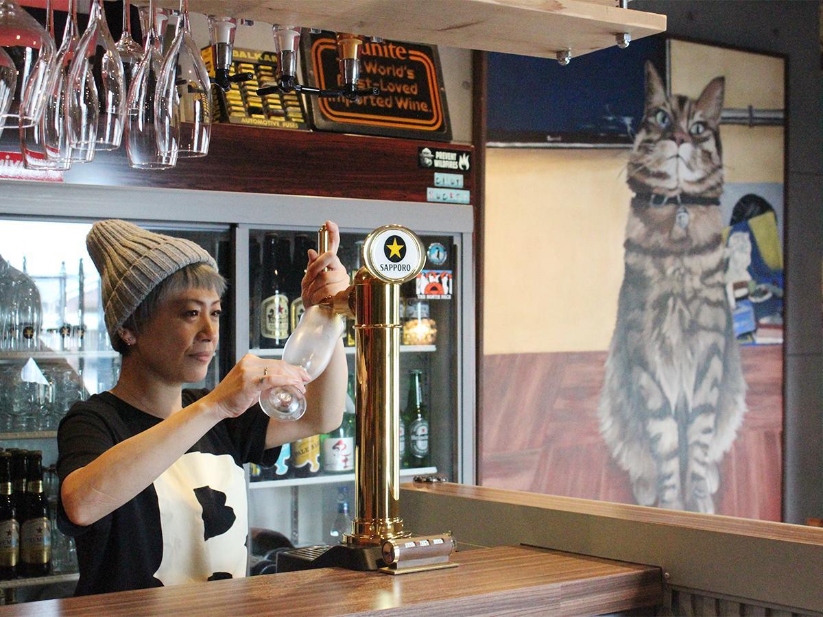 店主の島本侑来さんと娘の栞生さんが描いた飼い猫の油絵