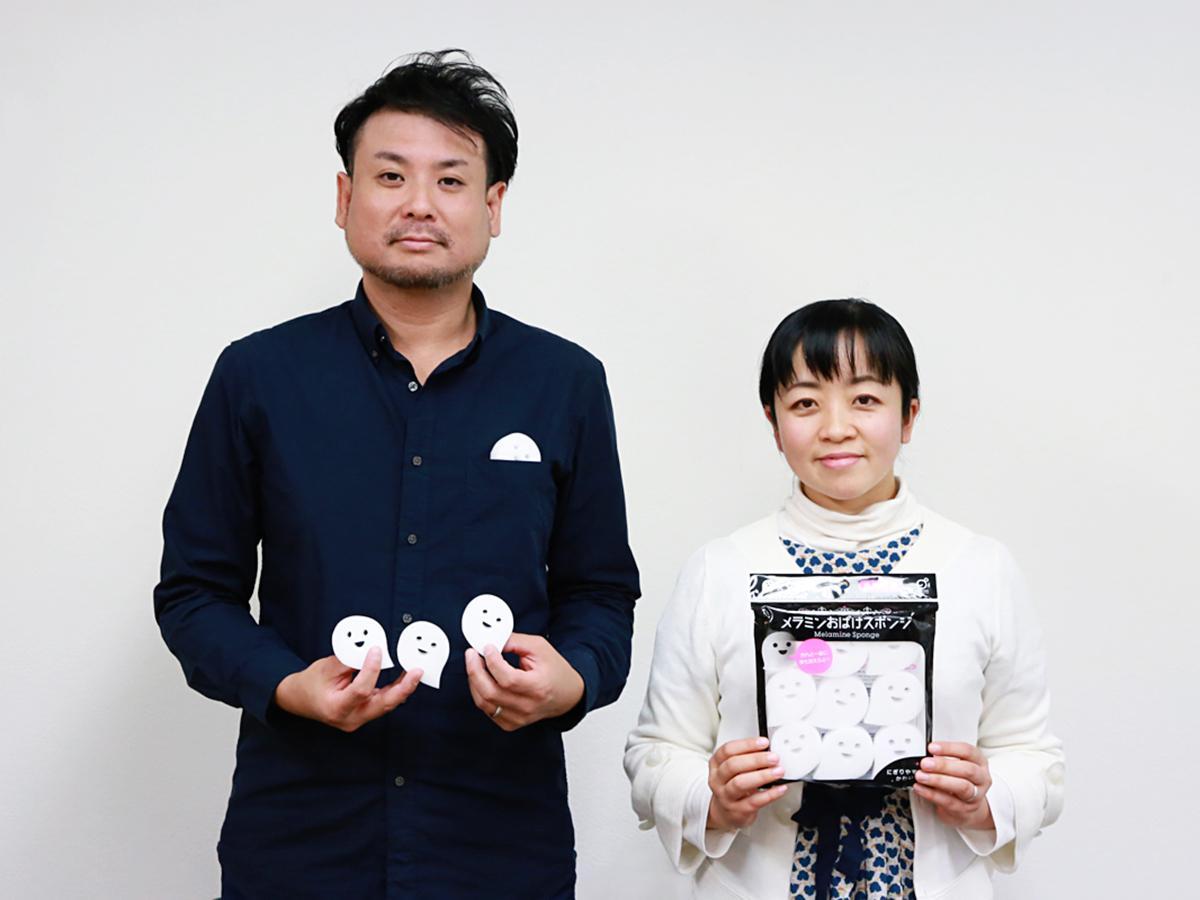商品を手にしたデザイナーの角田さん(左)と土井さん