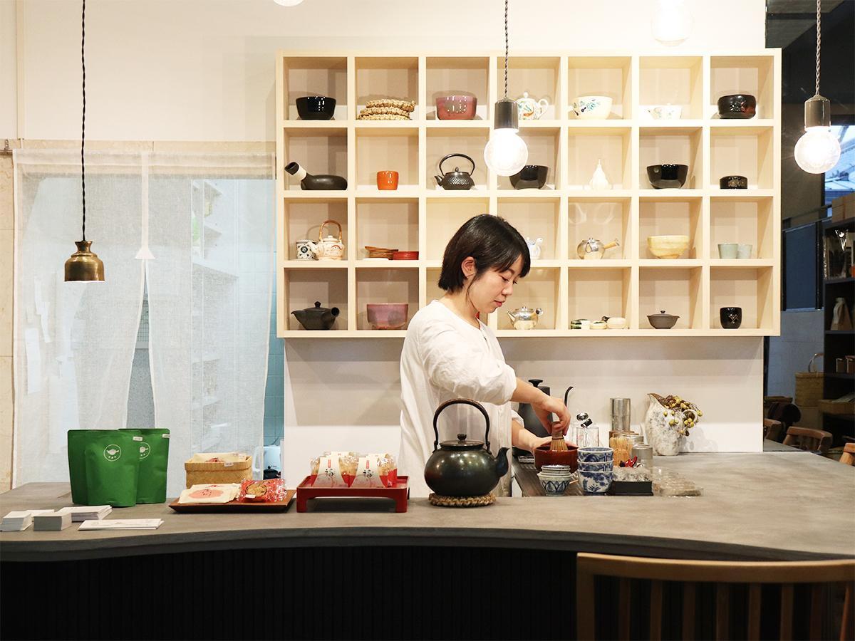 さまざまな茶道具を置いた棚のあるカウンター