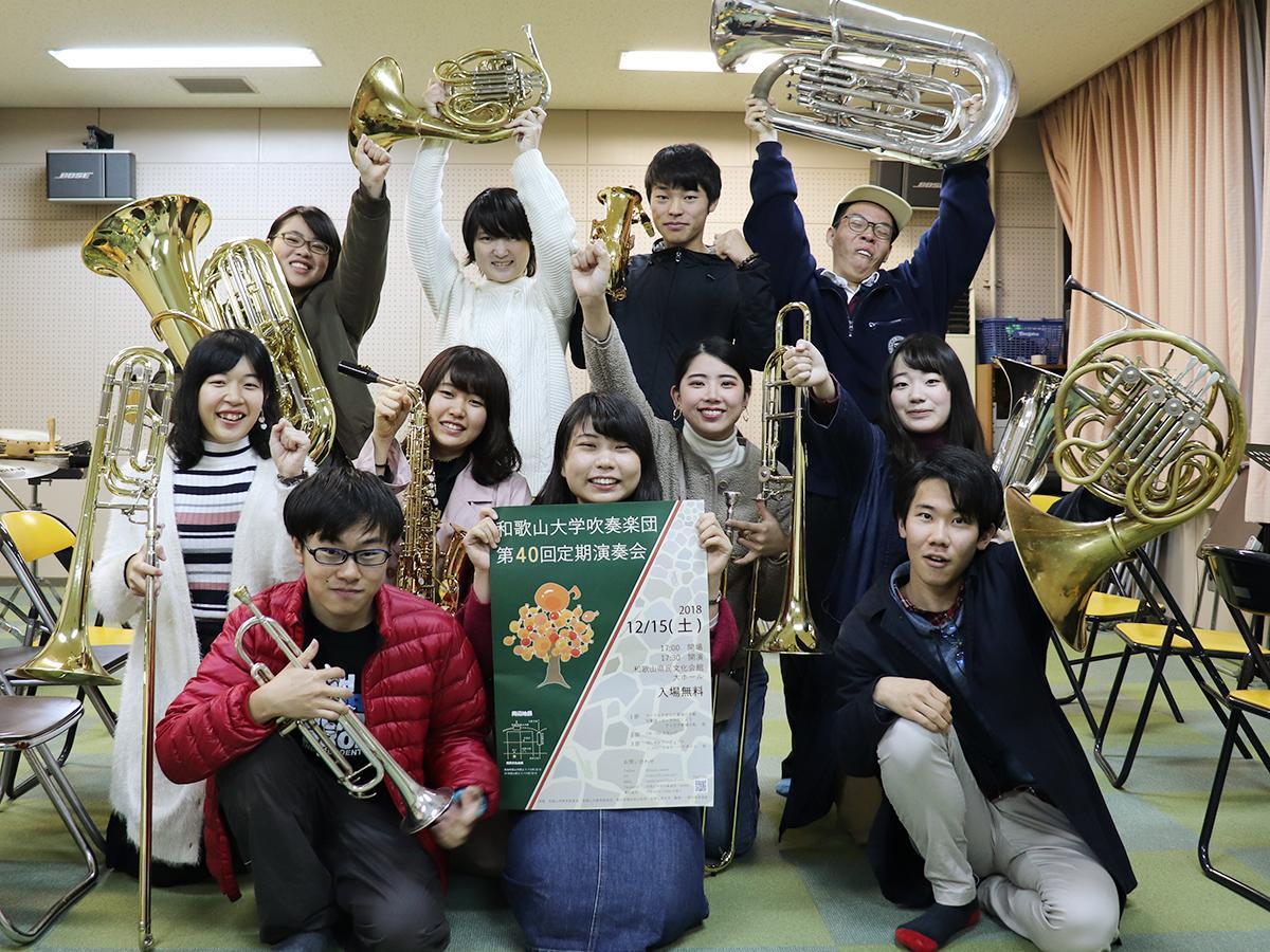 学生指揮の三浦佳穂さん(前列中央)と団員