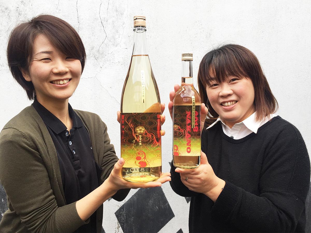 今年の「梅酒ヌーボー」を手にした山中さん(左)