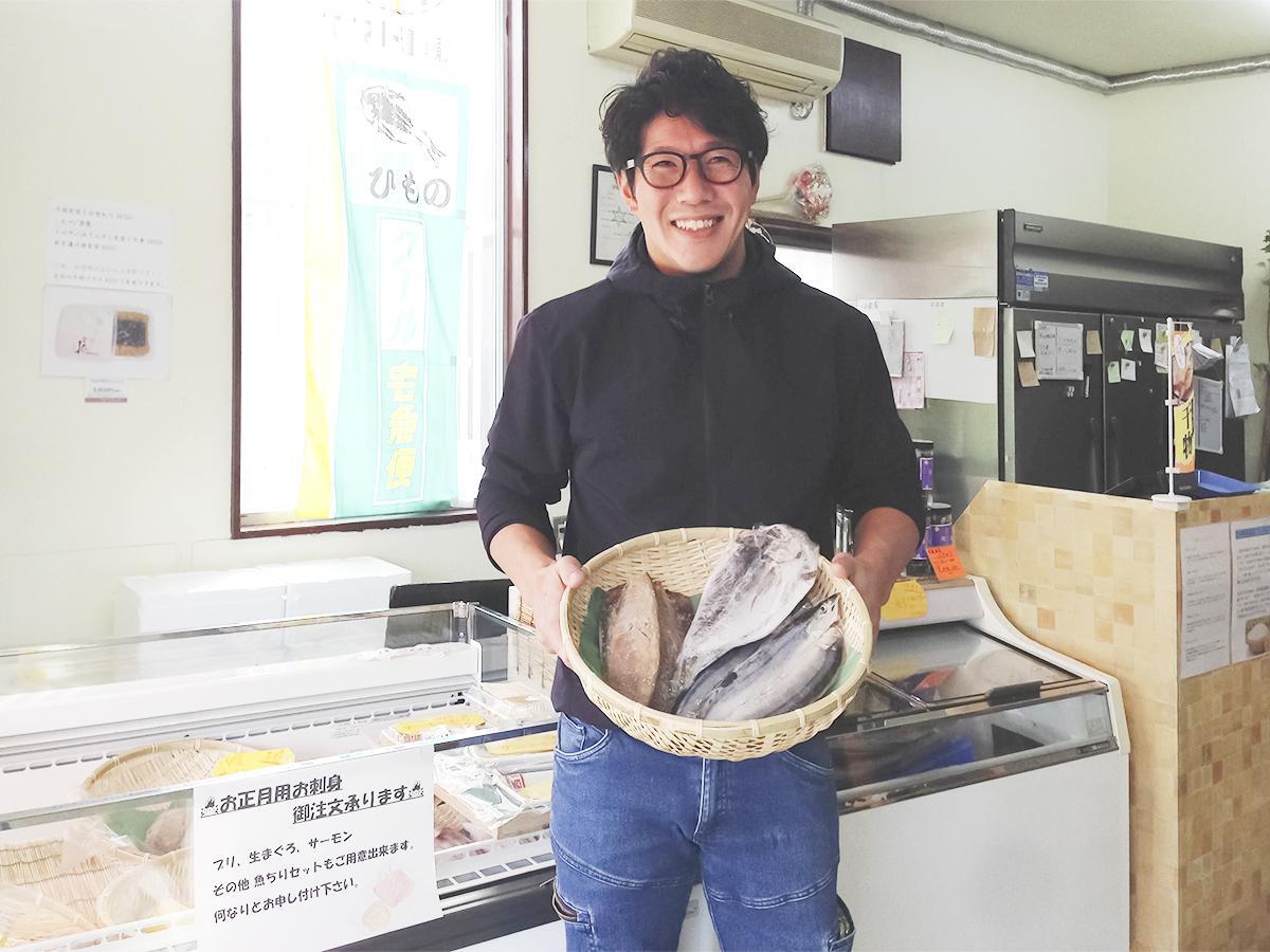 干物を手にする店主の坂東さん