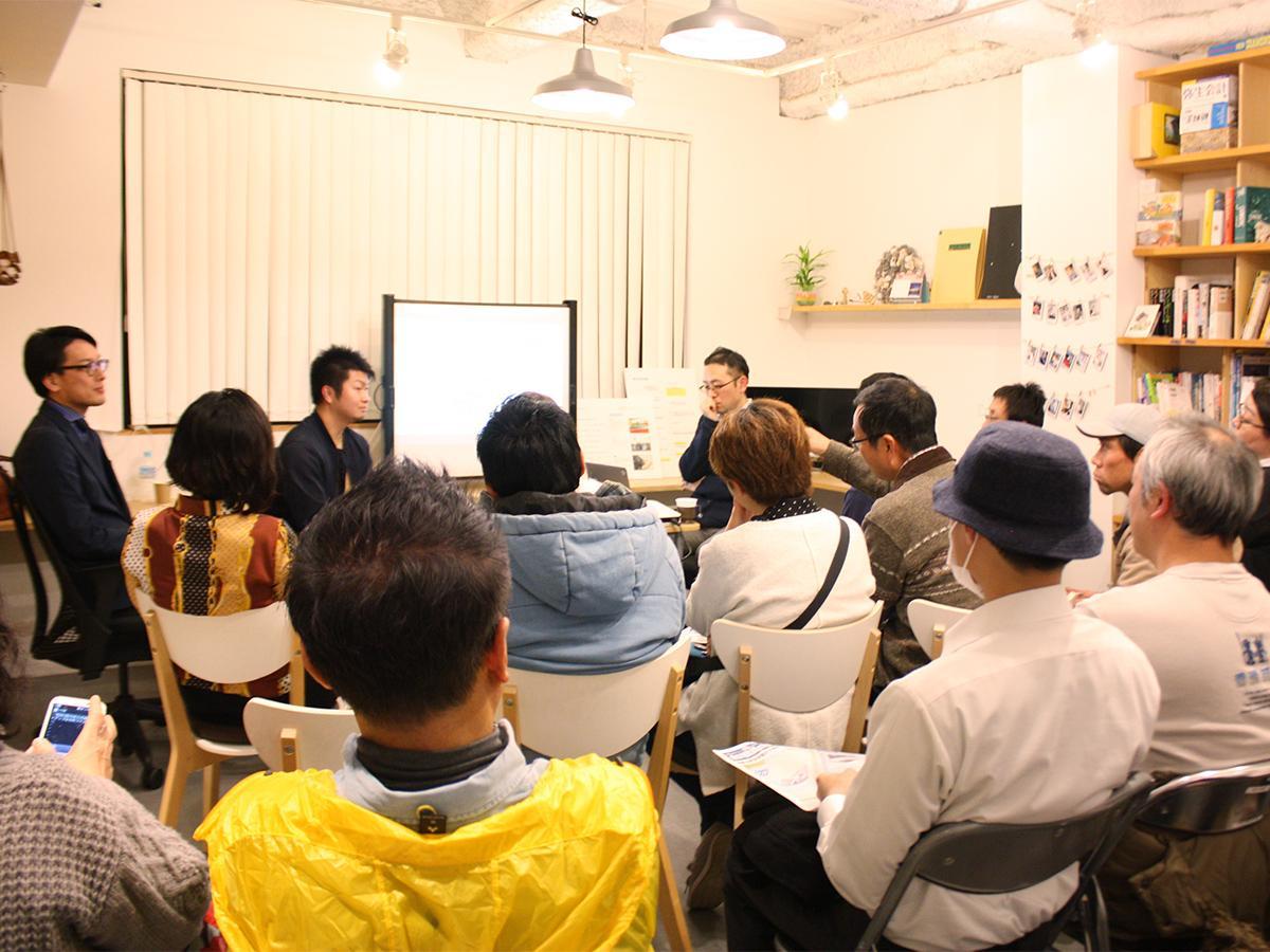 和歌経文化センターで記者や参加者がやりとりする会場