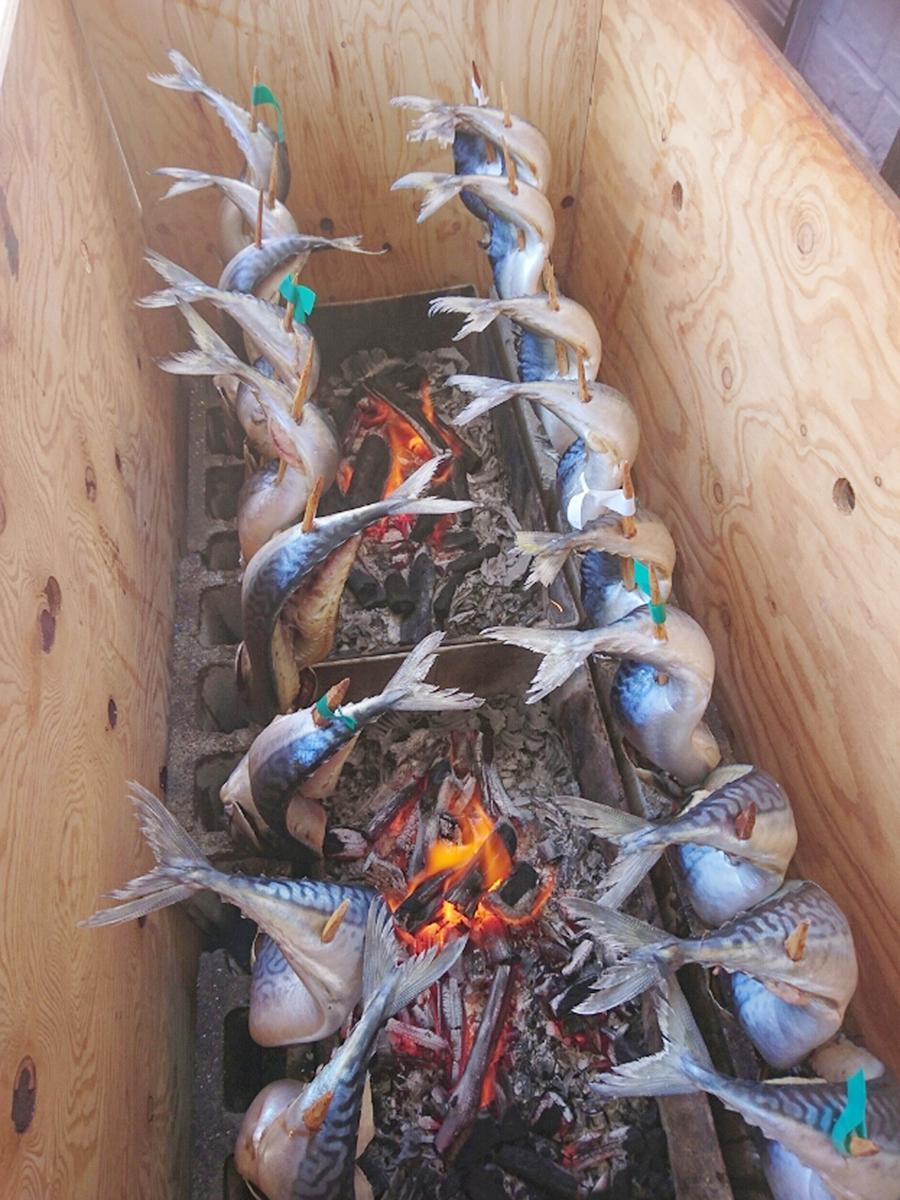 炭火でサバを一尾まるごと焼き上げる「年越しサバ」