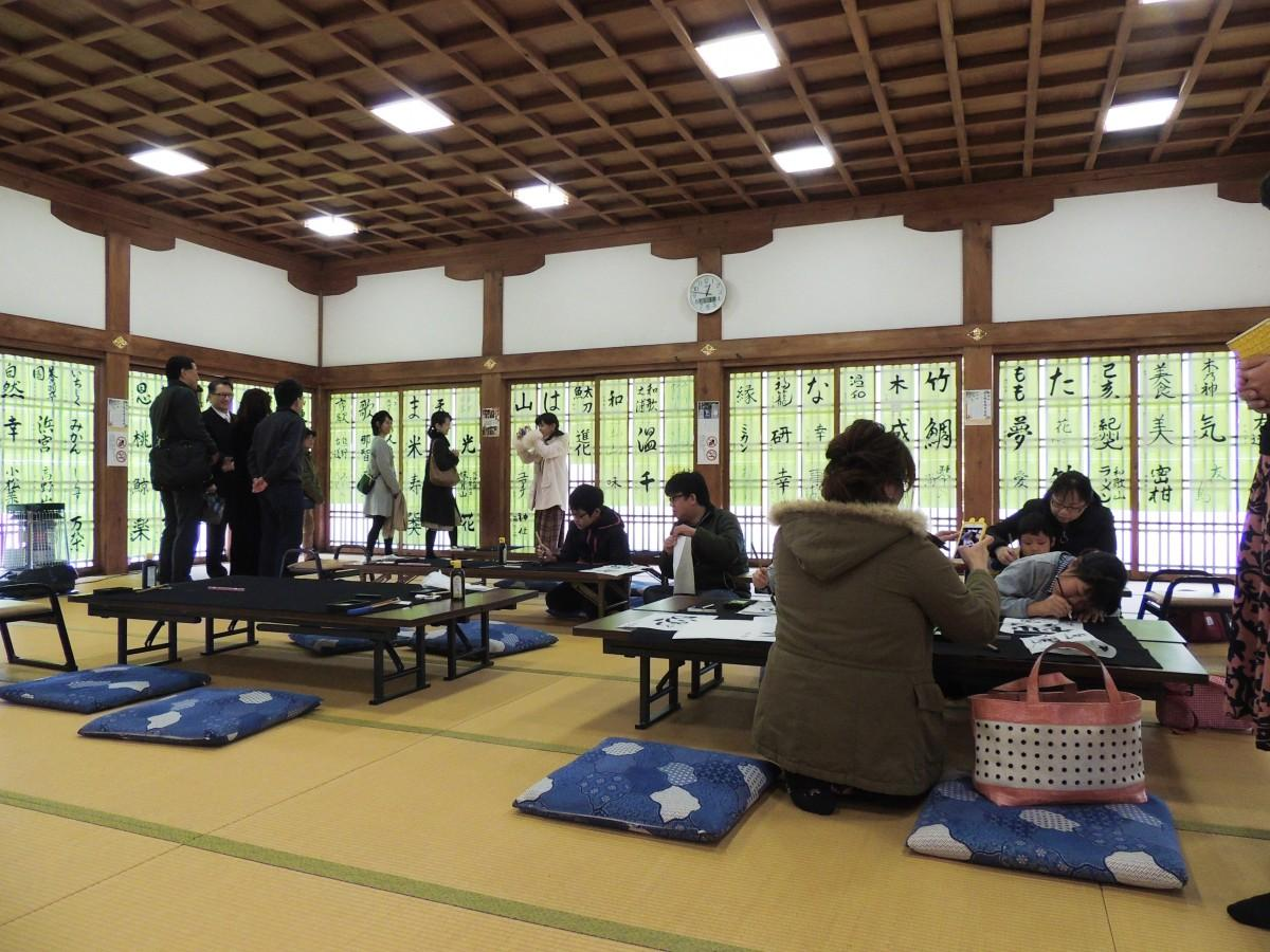 3日には伊太祁曽神社で初めての書き初めが行われた