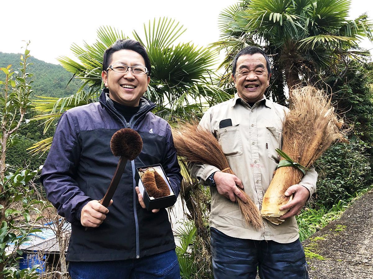 (左から)高田耕造商店の高田大輔さんとシュロ生産農家の西脇直次さん