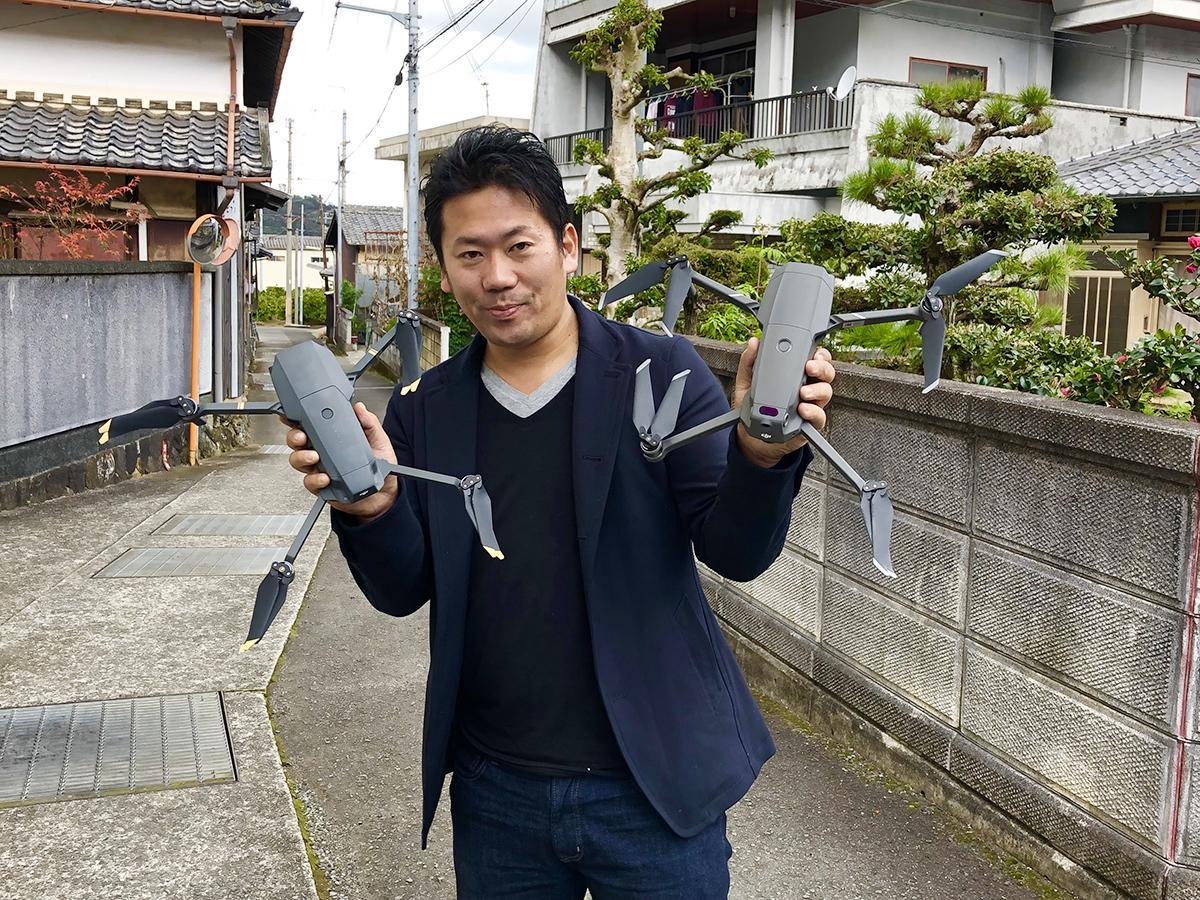 空撮に使うドローンを手にする山本さん