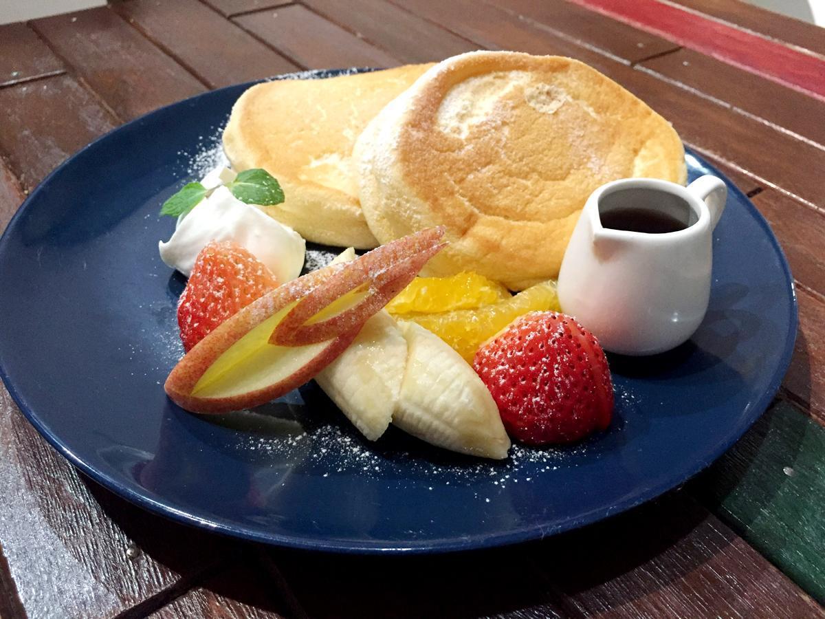 季節のフルーツ4種がのったパンケーキ(フルーツ)