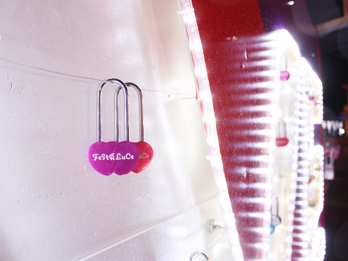 噴水広場に設置されたボード。文字内にハート型の鍵をかけ「LOVE」を描く