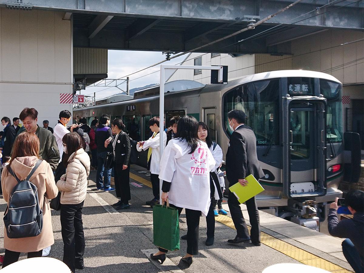 新型車両の見学に訪れた人でにぎわう橋本駅