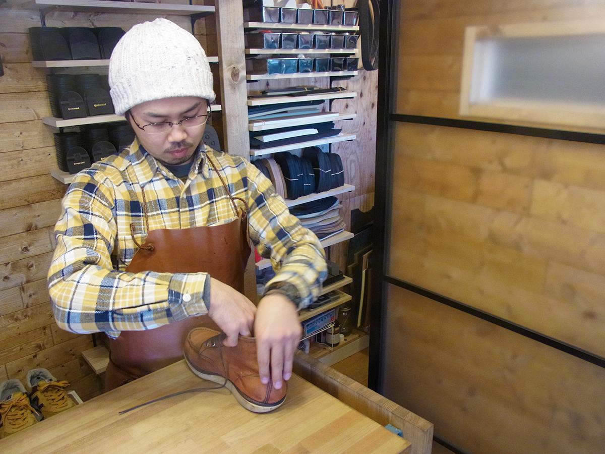 カウンターで作業を行う、オーナーの野田地塩さん