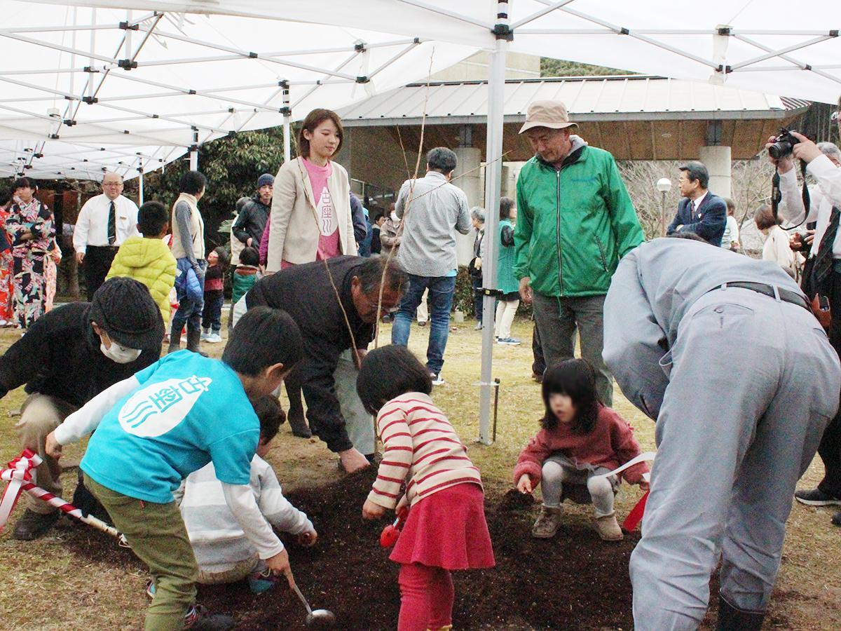 古座川桜フェアのオープニングイベントでクマノザクラを植樹する様子