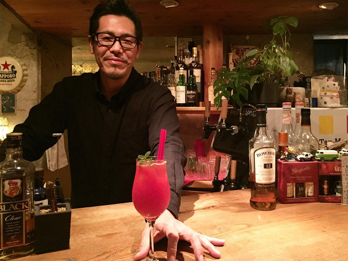 「まりひめ苺のカクテル」を出すマスターの坂垣内さん