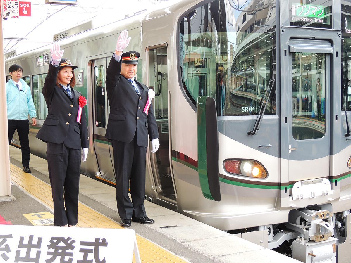 小島弘義和歌山駅長と田中理恵さんの合図で出発する新型車両「227系」