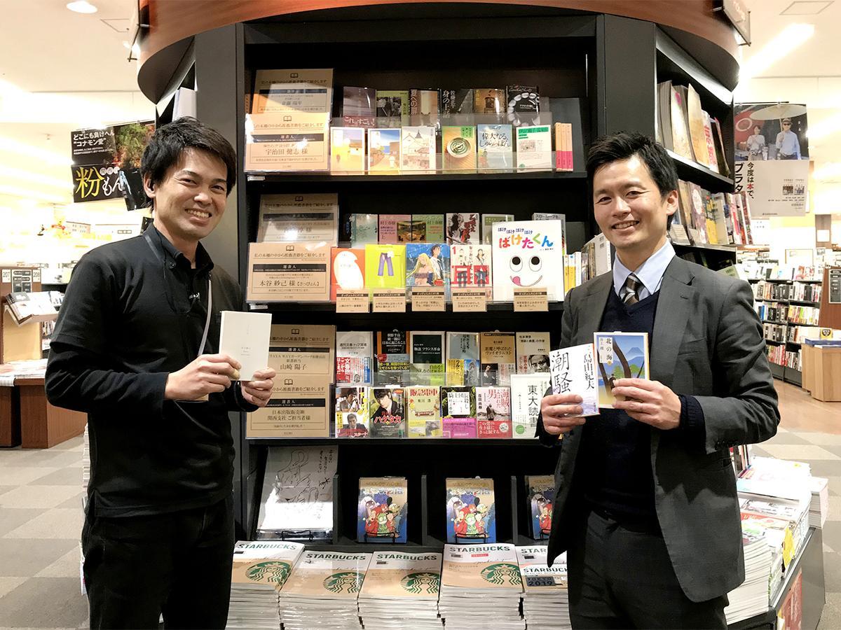 (左から)コーナーの前で選書を薦める、TSUTAYA WAYガーデンパーク和歌山店・店長水間淳司さんと選書人の1人「ほうぼわかやま」編集長・宇治田健志さん