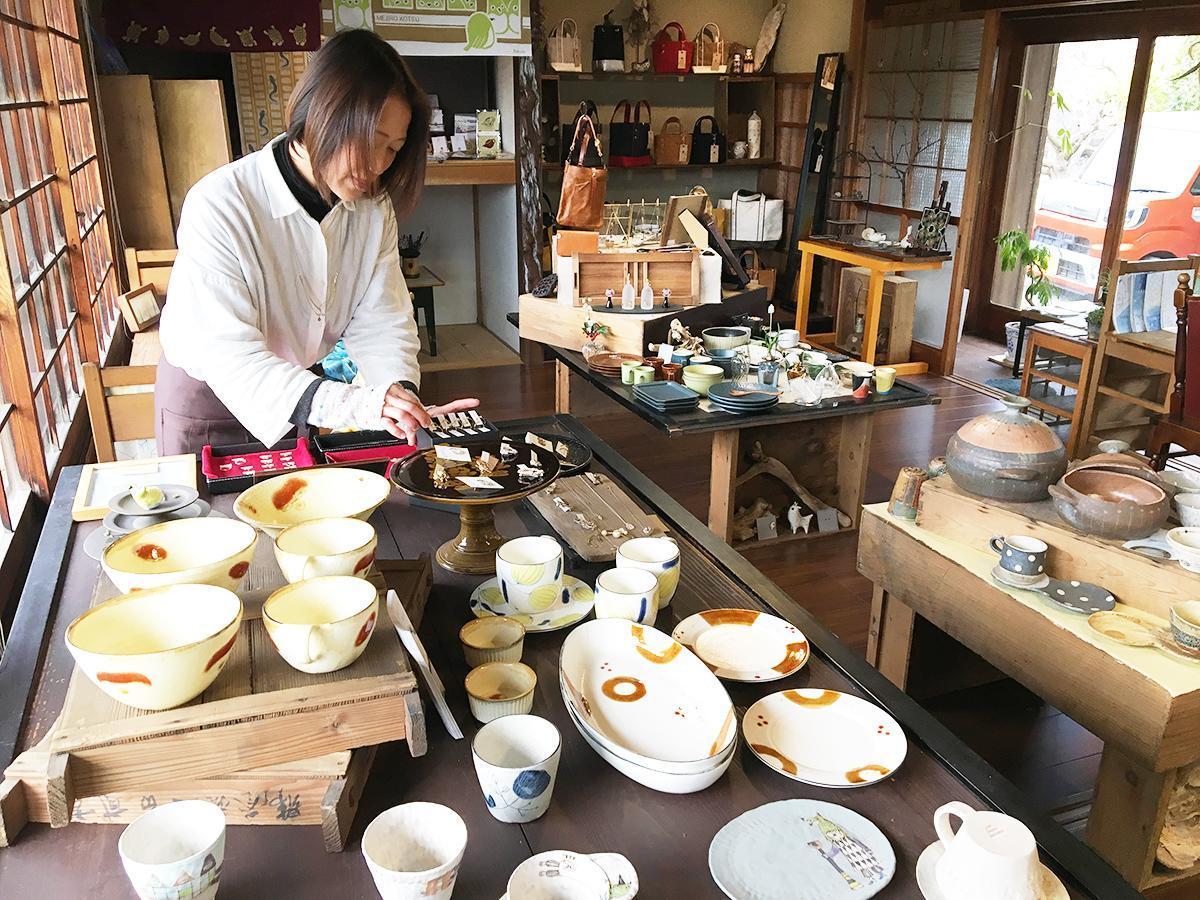商品を並べる店主の嶋田さん