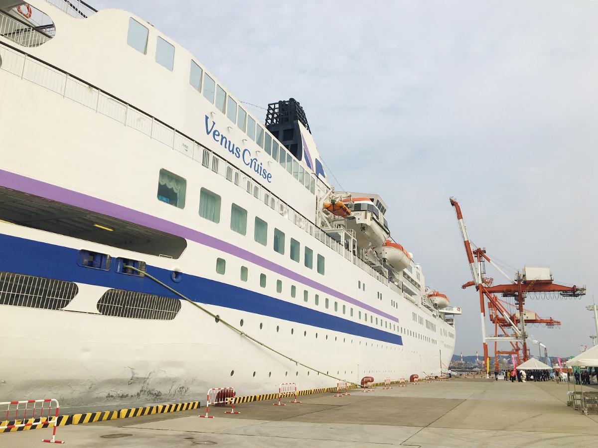 和歌山下津港に寄港した「ぱしふぃっく びいなす」