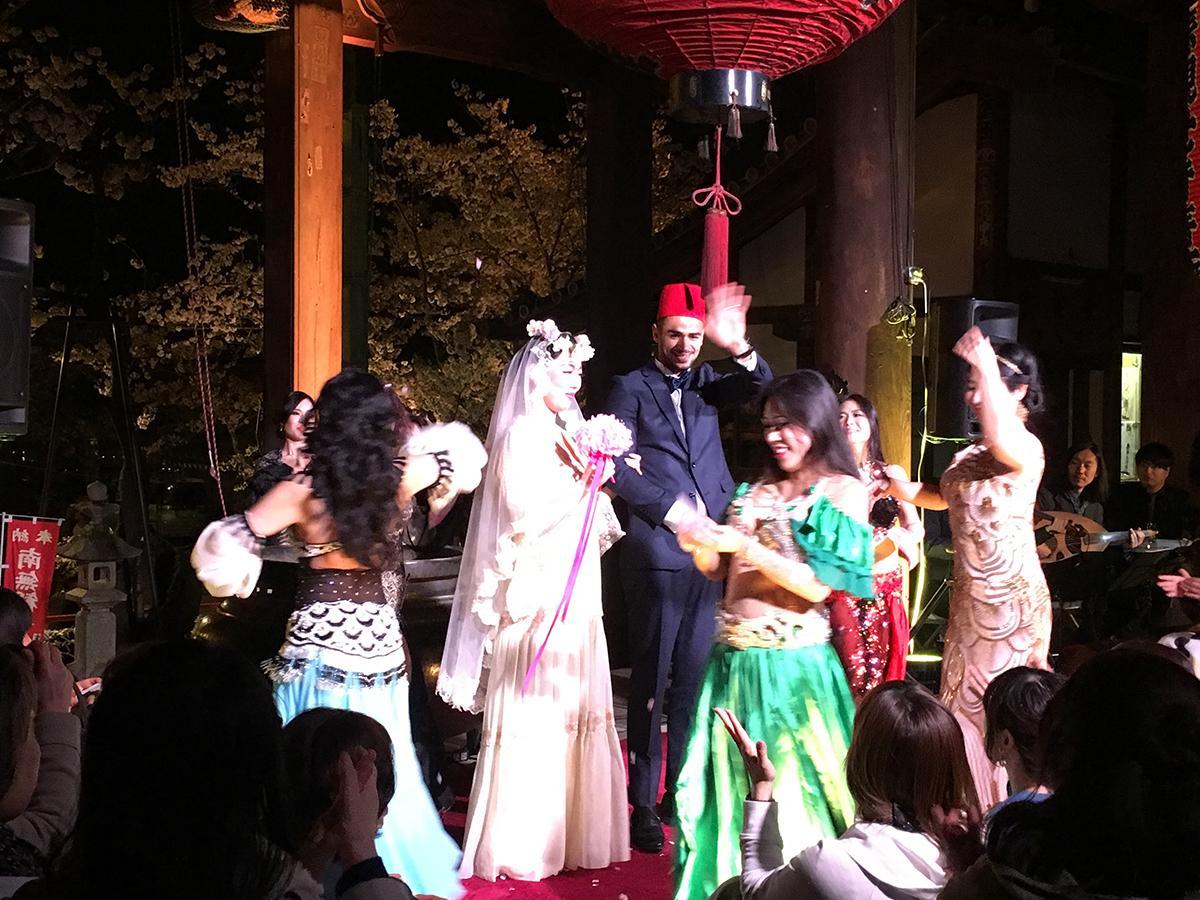 ダンスと歌で祝福される新郎新婦役の2人