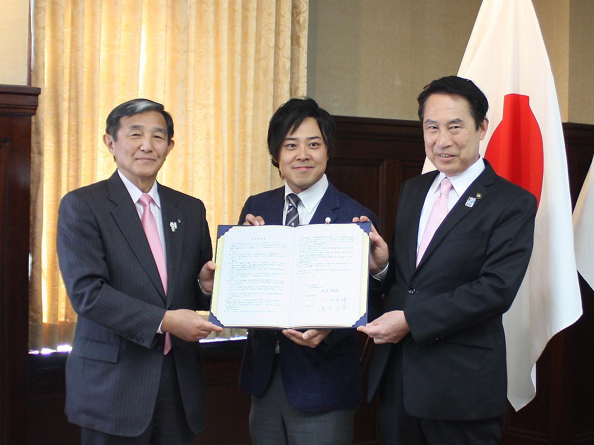 協定書を手にする(左から)仁坂吉伸和歌山知事、鳴海禎造さん、尾花正啓和歌山市長