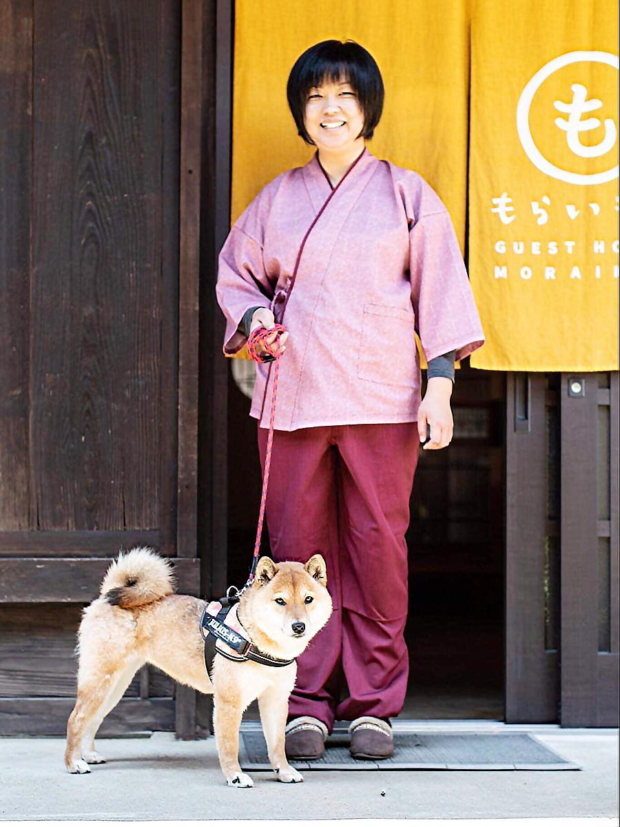オーナーの楠部睦美さんと看板犬の「きなこ」