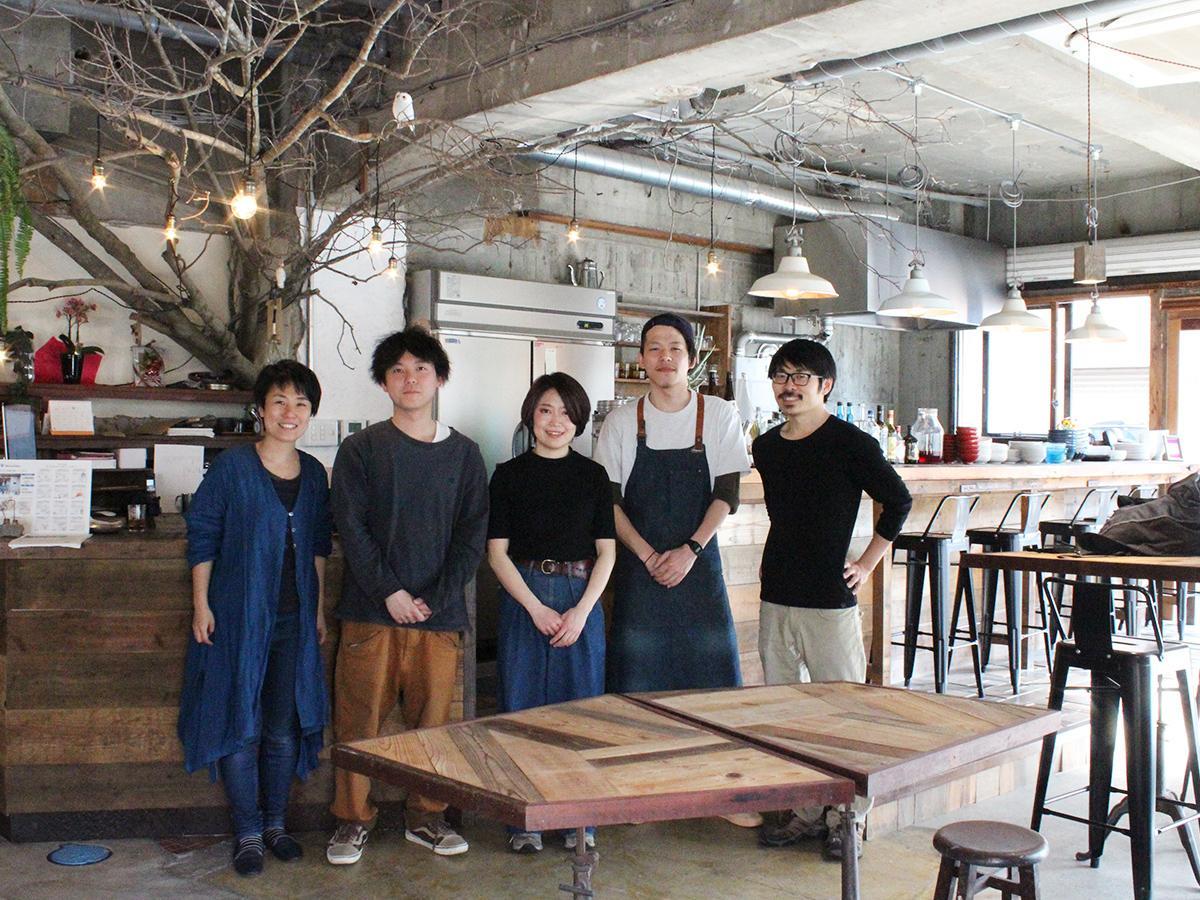 (左から)運営の橘麻里さん、ゲストハウススタッフの宮地佑騎さん、キッチン担当の杉本佳奈さん、ドリンク担当の庄司颯さん、運営の宮原崇さん