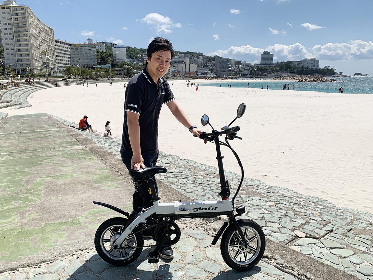 白良浜での鳴海さんと glafitバイク