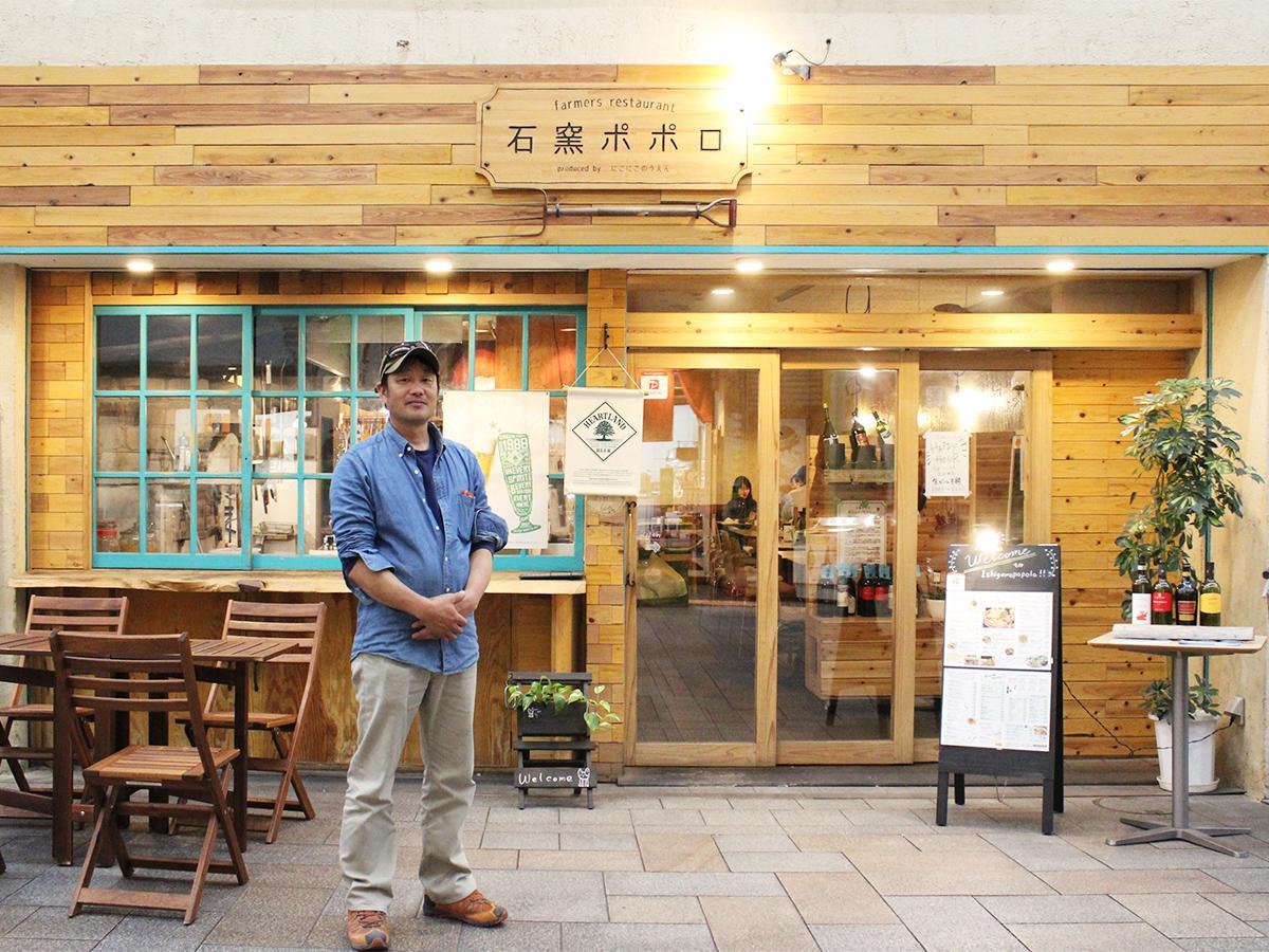 店舗プロデュースを行う「石窯ポポロ」前に立つ紀州まちづくり舎社長の吉川誠人さん