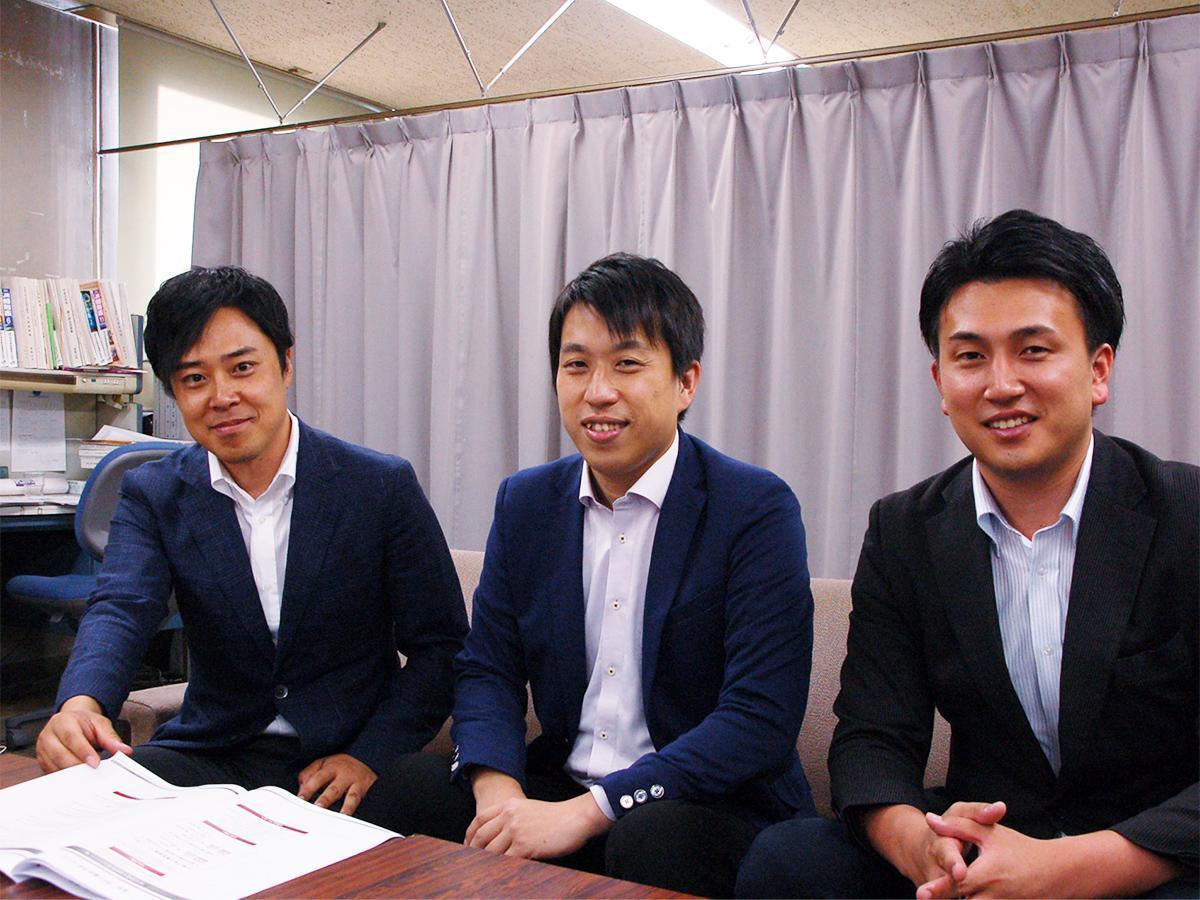 和歌山市役所で記者会見する「和歌山電力」の(左から)鳴海さん、山口さん、木村さん