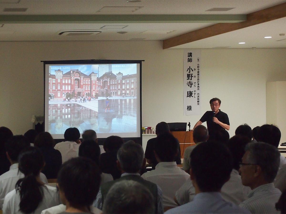 講演会「公共空間からまちを再生する」の様子