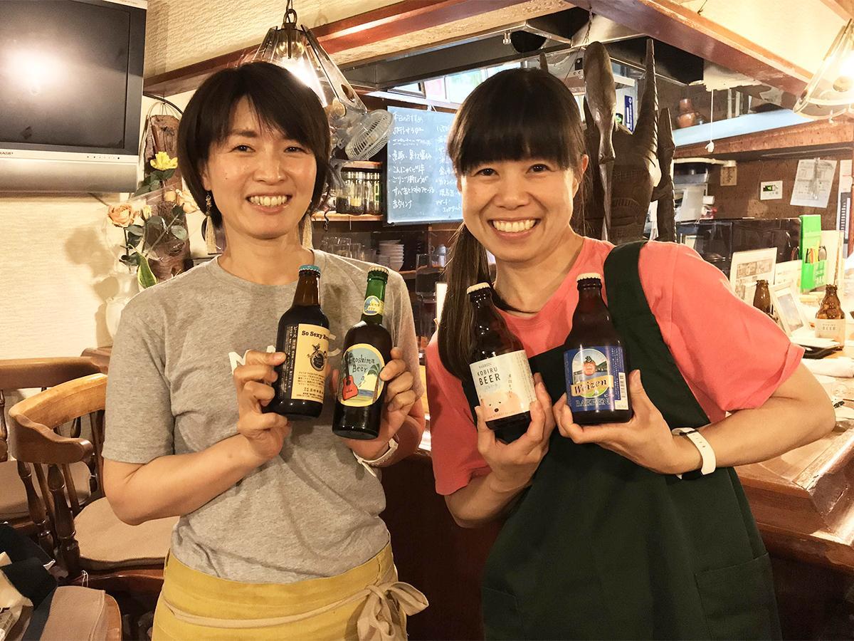 「喫茶ビーンズ 夜のビール部」の店主の宮田磨里さん(左)