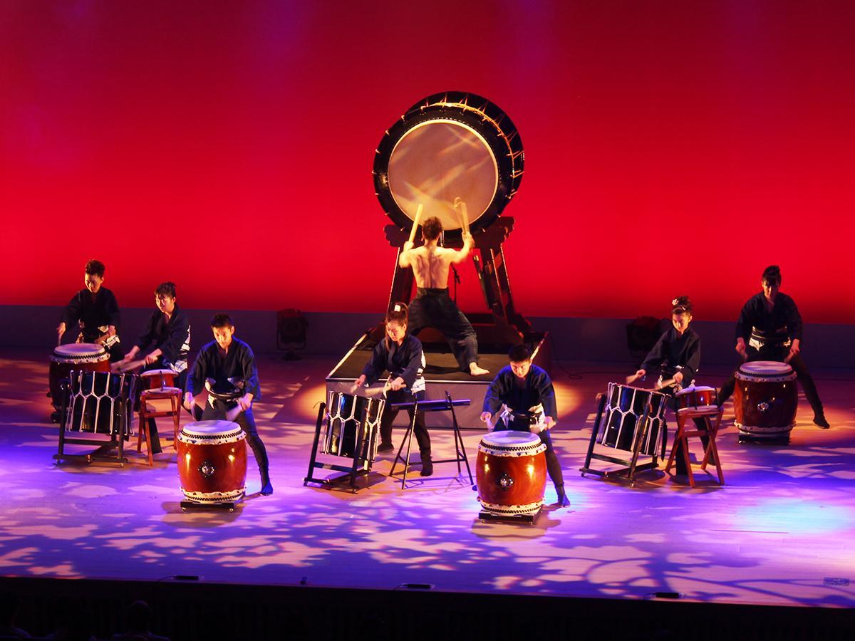 和太鼓の演奏を披露する嶋本龍さん(中央)と「和太鼓 文左衛門」