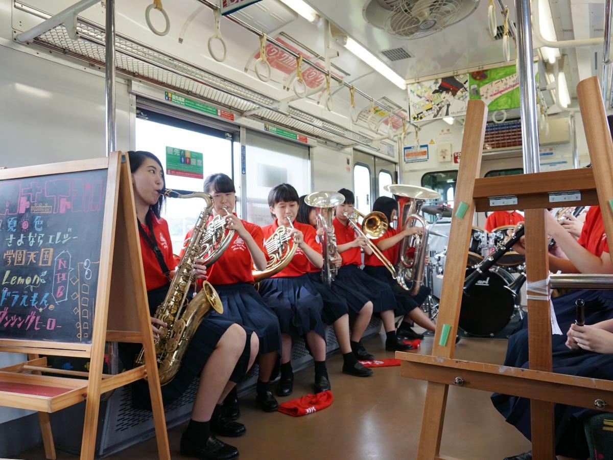 列車内コンサートを行う県立那賀高校吹奏楽部の生徒たち(昨年の様子)
